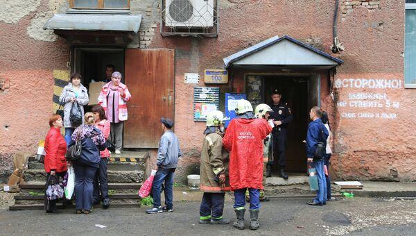 Сотрудники МЧС эвакуируют жильцов жилого дома по адресу Куйбышева, 103 в Перми в котором произошло обрушение одного из подъездов.