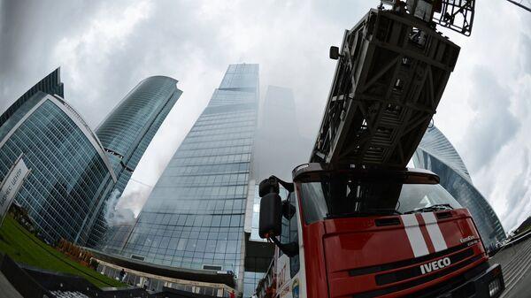 Пожарная машина у московского международного делового центра Москва-Сити , где проходят пожарно-тактические учения