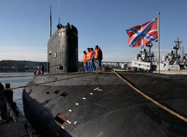 Дизельная подводная лодка Краснокаменск класса Варшавянка во время швартовки в главной базе Тихоокеанского флота во Владивостоке
