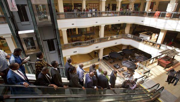 Осмотр торгового центра Westgate в Найроби перед его повторным открытием