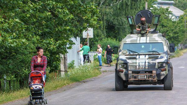 Сотрудники СБУ блокируют местность в районе города Мукачево, Украина. Архивное фото.