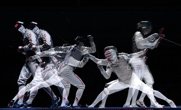 Юки Ота (Япония) и Александр Массиалас (США) в финальном поединке на соревнованиях среди мужчин по фехтованию на рапирах на чемпионате мира в Москве