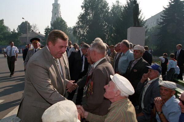 Председатель Государственной Думы РФ Геннадий Селезнев приветствует ветеранов города Рыльска