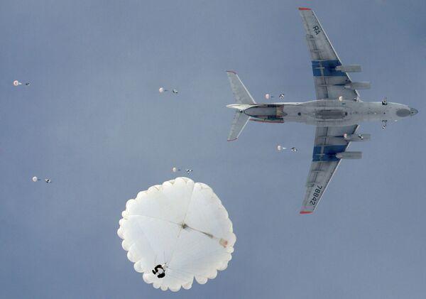 Десантирование из военно-транспортного самолета ИЛ-76 на учениях ВДВ в Рязанской области