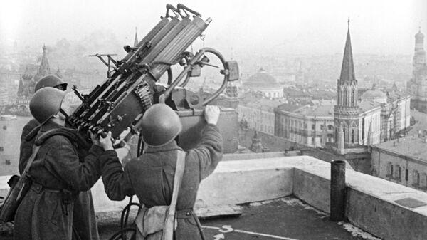 Советские зенитчики на крыше гостиницы Москва