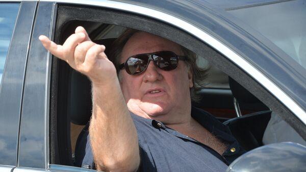Актер Жерар Депардье в автомобиле у мемориального комплекса Курган Славы в Минской области