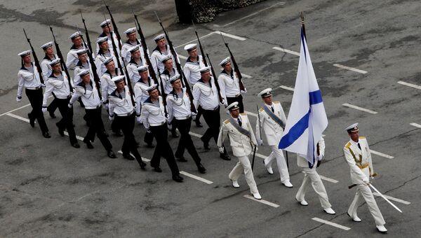 Участники парада во время празднования Дня Военно-морского флота России во Владивостоке