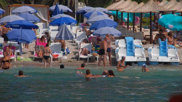 Отдыхающие на пляже в Будве (Черногория)
