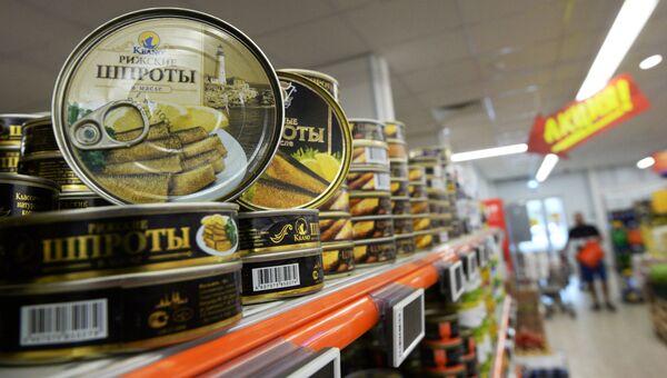 Консервы Рижские шпроты в масле в супермаркете в Москве. Архивное фото