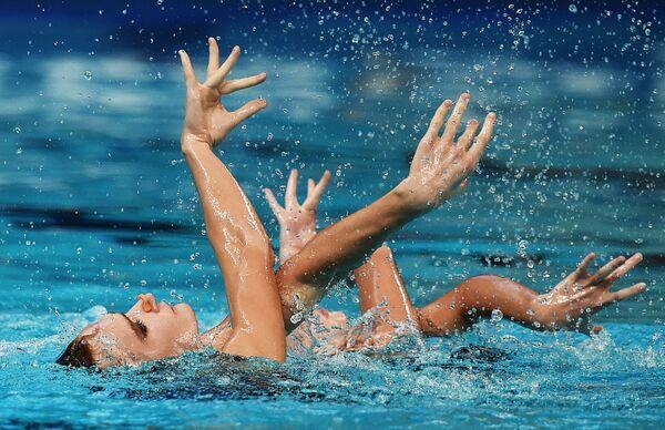 Дарина Валитова и Александр Мальцев выступают с произвольной программой в предварительном раунде соревнований по синхронному плаванию на XVI чемпионате мира по водным видам спорта в Казани