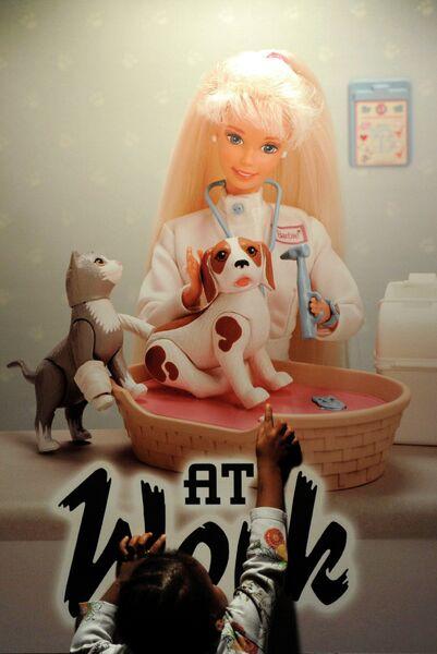 Девочка на выставке, посвященной 50-летию куклы Барби в Базеле, Швейцария