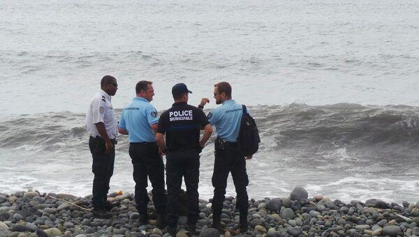 Полицейские и жандармы на пляже в Сен-Андре, Реюньон
