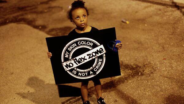 Девочка с плакатом во время протестов в городе Фергюсон, США. Архивное фото