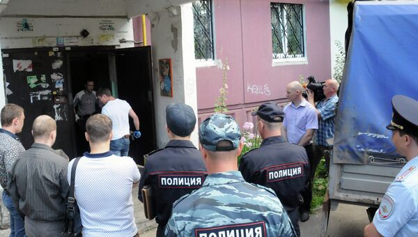 Сотрудники правоохранительных органов у подъезда жилого дома в Нижнем Новгороде, где обнаружены убитыми шестеро детей. Архивное фото