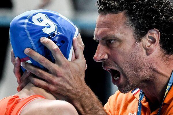 Главный тренер сборной Нидерландов Арно Хавенга и игрок сборной Нидерландов Мод Мегенс радуются победе в полуфинальном матче по водному поло среди женщин на FINA 2015