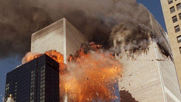 Башни Всемирного торгового центра во время теракта 11 сентября 2001 в США. Архивное фото