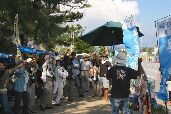 Протестующие палаточного лагеря напротив базы в Хэноко