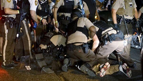 Полиция Фергюсона производит задержание протестующих