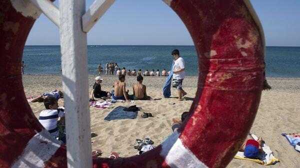 Пляж Черного моря у лагеря Голубая волна в Крыму