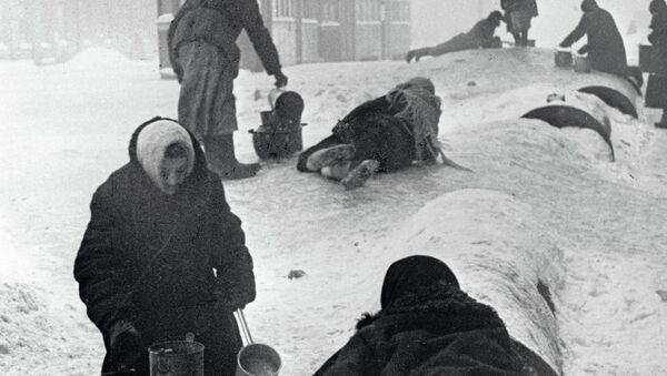 Жители блокадного Ленинграда набирают воду из разбитого водопровода