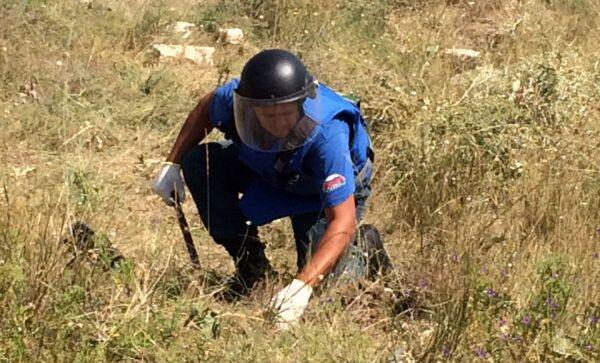 Специалист Центра Лидер МЧС России во время работы по обезвреживанию снарядов. Архивное фото