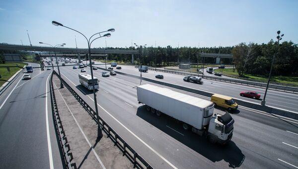 Движение транспорта по автомобильной развязке. Архивное фото
