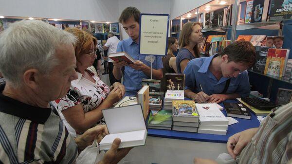 Посетители на книжной ярмарке. Киев, Украина, архивное фото