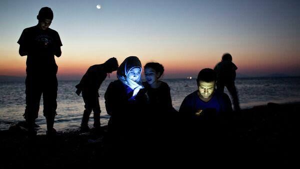 Мигранты после прибытия в лодке на греческий остров Кос