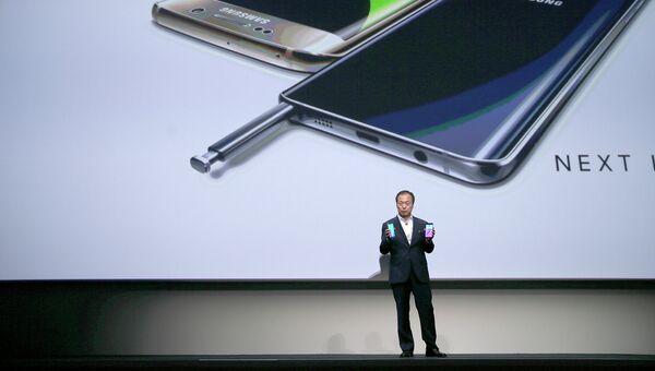 Президент и главный исполнительный директор Samsung Electronics Дж. К. Шин во время презентации Samsung Galaxy S6 и Samsung Galaxy Note 5. 13 августа 2015