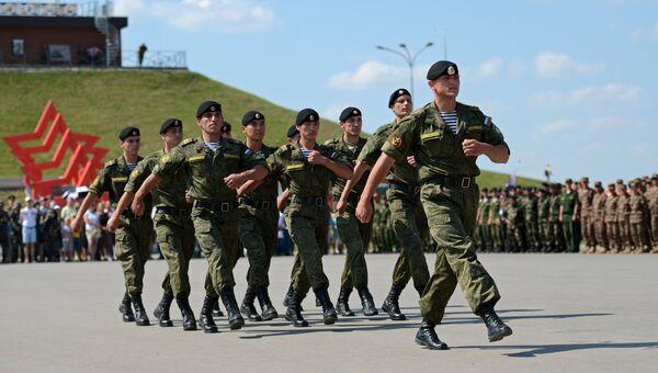 Военнослужащие команды министерства обороны России, завоевавшие первое место в соревнованиях экипажей боевых машин пехоты Суворовский натиск