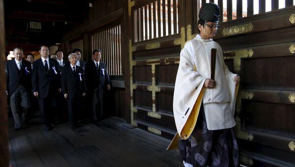 Жрец и группа японских политиков в храме Ясукуни