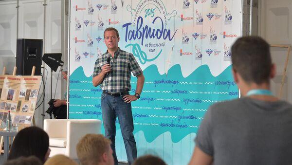 Председатель правительства РФ Дмитрий Медведев во время встречи с участниками Всероссийского молодежного образовательного форума Таврида в Крыму