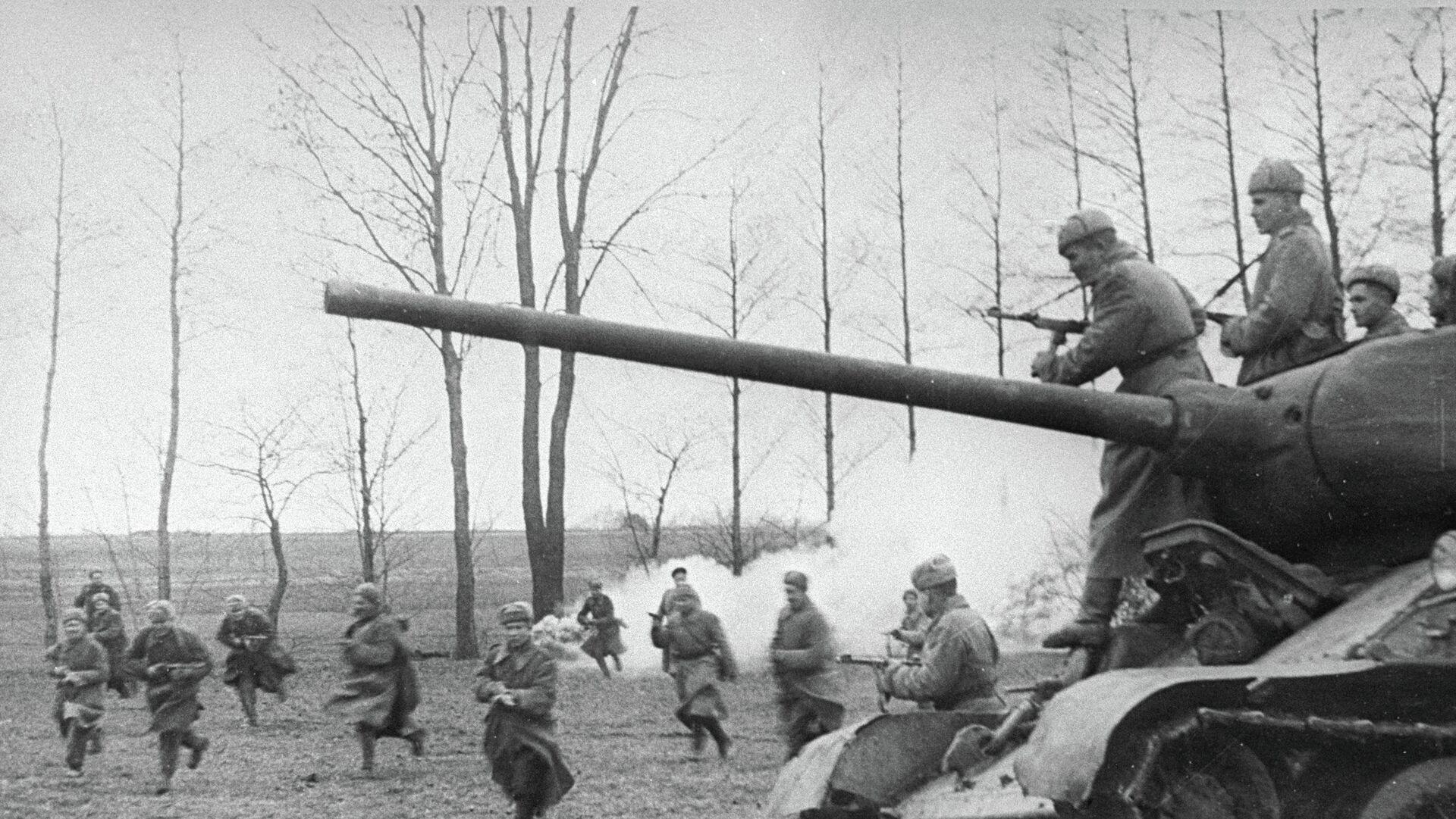 Советские танки и пехота атакуют позиции немцев. - РИА Новости, 1920, 11.09.2021