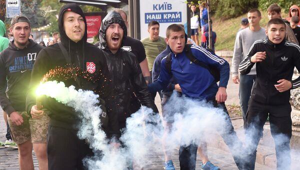 Столкновение украинских и польских футбольных фанатов в Киеве