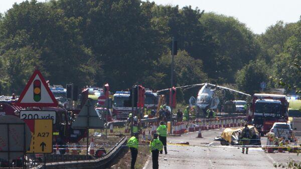 На месте разбившегося во время авиашоу самолета в Англии