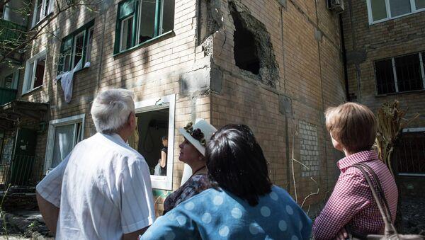 Жители Горловки у многоквартирного жилого дома на улице Кирова. Архивное фото