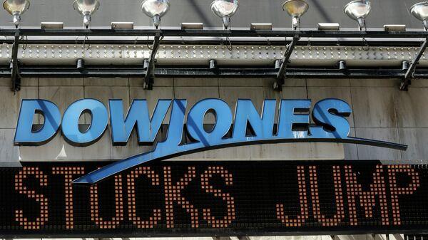 Индикатор Доу Джонса на Таймс-сквер в Нью-Йорке, США