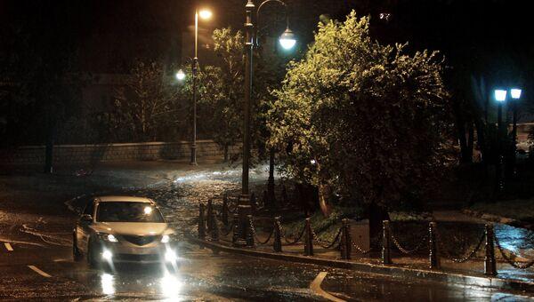 Автомобиль во время тайфуна Гони на улице Набережная во Владивостоке. Архивное фото