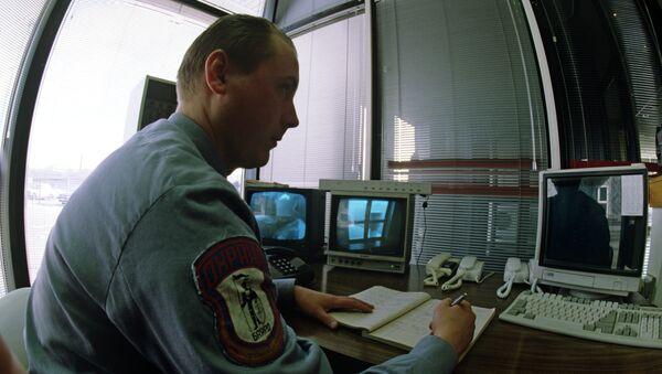Охранник за пультом наблюдения. Архивное фото