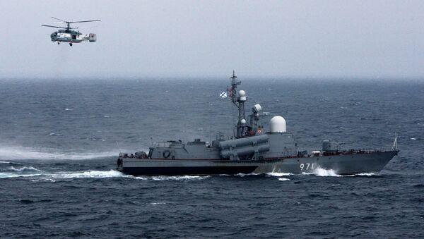 Ракетный катер и вертолет Ка-27ПС во время военно-морского парада в заливе Петра Великого в рамках завершения российско-китайских военно-морских учений Морское взаимодействие-2015