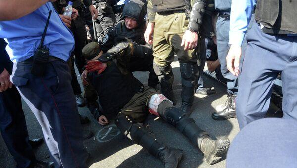 Сотрудник правоохранительных органов, пострадавший во время столкновений с участниками протестных акций у здания Верховной рады в Киеве