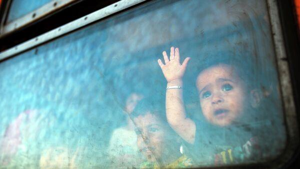 Мальчик в окне поезда на греко-македонской границе