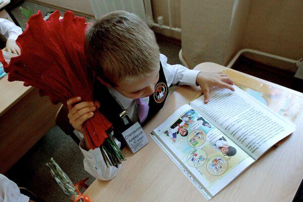 Первоклассник на уроке в День знаний в гимназии №2 Владивостока