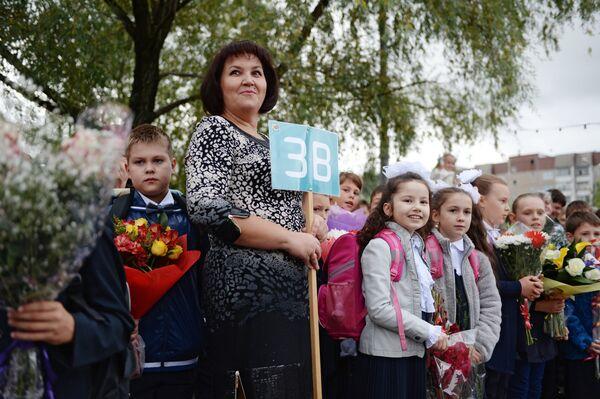 Торжественная линейка, посвященная Дню знаний, в школе №1048 города Москвы