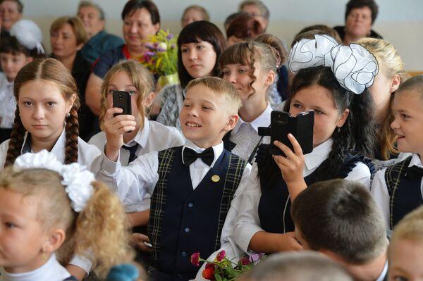 Ученики на линейке в Лебедевской школе Челябинской области