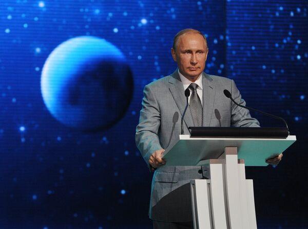 Владимир Путин выступает перед воспитанниками и педагогами образовательного центра для одаренных детей Сириус в Сочи