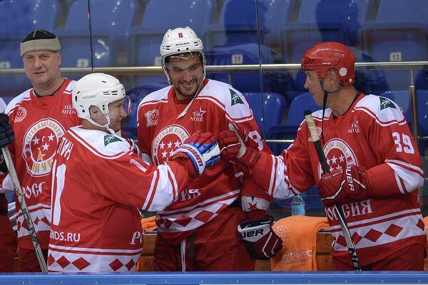 Владимир Путин и Алесандр Овечкин перед началом хоккейного матча с воспитанниками центра Сириус в Сочи