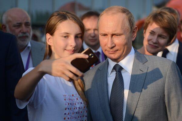 Президент РФ Владимир Путин во время посещения образовательного центра Сириус в Сочи, в котором проходят обучение одаренные дети со всей России