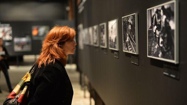 Посетительница на открытии фотовыставки победителей и призеров Международного конкурса фотожурналистики имени Андрея Стенина. Архив