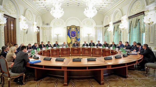 Президент Украины Петр Порошенко (в центре) проводит заседание Совета национальной безопасности и обороны (СНБО) Украины в Киеве. Архивное фото.
